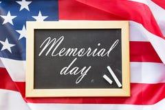 Слова Дня памяти погибших в войнах на доске и американском флаге стоковая фотография rf