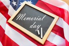 Слова Дня памяти погибших в войнах на доске и американском флаге стоковая фотография
