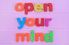 Слова раскрывают ваш разум на розовой таблице Стоковые Фото