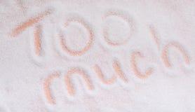 Слова слишком много написанные в зернах сахара Надземный взгляд стоковая фотография rf
