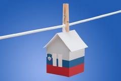 Словения, словенский флаг на бумажном доме Стоковые Фотографии RF