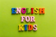 Слово английского языка букв алфавита цвета деревянных стоковые изображения rf