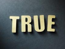 Слово верно на бумажной предпосылке стоковое изображение