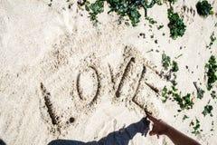 Слово влюбленности в песке Стоковые Изображения