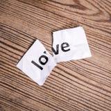 Слово влюбленности написанное на сорванной бумаге Стоковые Изображения