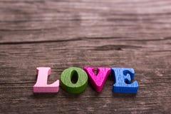 Слово влюбленности сделанное деревянных писем Стоковые Фотографии RF