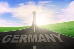 Слово Германии на дороге с стрелкой вверх Стоковое Фото