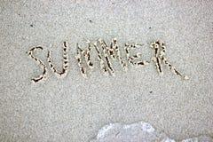 Слово лета написанное на песке Текстура предпосылки песка пляжа Стоковая Фотография RF