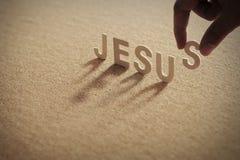Слово ИИСУСА деревянное на обжатой доске Стоковая Фотография RF