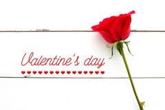 Слово и красная роза дня ` s валентинки на винтажном белом деревянном backgrou Стоковые Фотографии RF