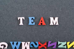 Слово КОМАНДЫ на черной предпосылке составленной от писем красочного блока алфавита abc деревянных, космосе доски экземпляра для  Стоковое Изображение RF