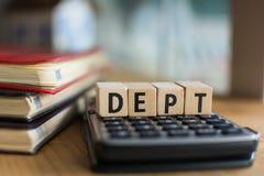 Слово DEPT сказало по буквам с красочными деревянными блоками алфавита Селективный фокус, малая глубина поля стоковые изображения