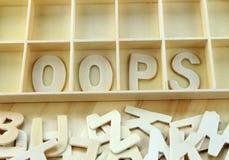 Слово oops сделанное с деревянным алфавитом писем Стоковые Фотографии RF