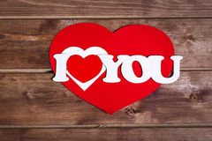 ` ` слов я тебя люблю на деревянной предпосылке valentines красного цвета сердца дня 8 Валентайн архива eps дня карточки включенн Стоковая Фотография RF