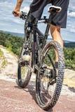 С ограниченными возможностями всадник горного велосипеда перед покатой ездой Стоковые Изображения