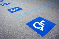 С ограниченными возможностями знак выведенный из строя символом паркуя Стоковые Фото