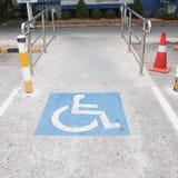 С ограниченными возможностями маркировка места для парковки стоковые изображения rf