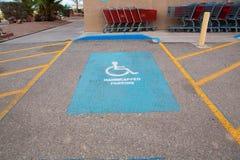 С ограниченными возможностями место для парковки - дорожные разметки транспорта стоковое фото rf