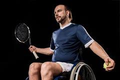 С ограниченными возможностями молодой спортсмен играя теннис Стоковое Изображение RF