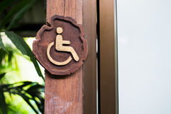 С ограниченными возможностями доступный знак сделанный от древесины Стоковое Изображение