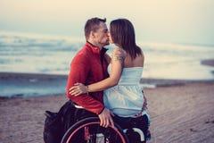 С ограниченными возможностями пары отдыхая на пляже Стоковое Изображение