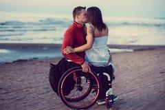 С ограниченными возможностями пары отдыхая на пляже Стоковые Изображения RF