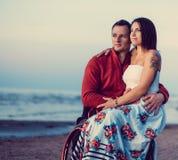 С ограниченными возможностями пары отдыхая на пляже Стоковое фото RF