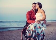 С ограниченными возможностями пары отдыхая на пляже Стоковое Фото