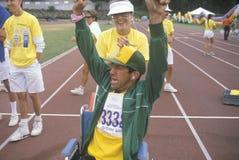 С ограниченными возможностями спортсмен веселя на финишной черте, специальных Олимпиадах, UCLA, CA стоковое изображение