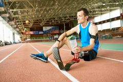 С ограниченными возможностями спортсмен отдыхая на идущем следе стоковое фото rf