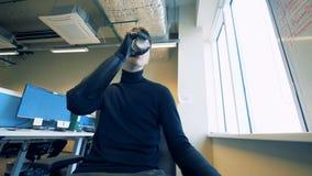 С ограниченными возможностями человек выпивает пока держащ чашку с бионическим протезом Футуристическая концепция