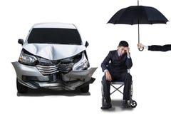 С ограниченными возможностями человек с зонтиком и автомобилем Стоковые Фото