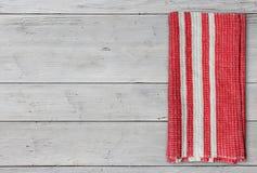 Сложенная салфетка на белой таблице Стоковое Фото