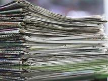 Сложенные газеты и штабелированная концепция для глобальных связей Стоковые Фото