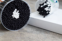 Сложенные пробирки хлопка сползают, черно-белые пластичные ручки стоковые изображения