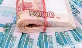 Сложенный стог 5 тысячн банкнот русских рублевок Стоковое Изображение RF