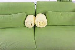 Сложите бортовые кресла для отдыха вместе с подушками и желтыми полотенцами Стоковая Фотография RF