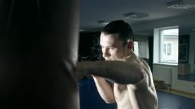 Сложная тренировка спортсмена сток-видео