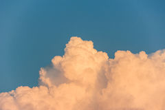 Сложное кучевое облако на голубом небе Стоковая Фотография