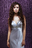 Сложность. Очарование. Чувственное брюнет с, который развевали платьем волоса и Silk голубым Стоковое фото RF