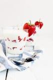Слои югурта и клубники десерта в стекле на голубой нашивке Стоковые Изображения RF