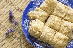 Слойка испечет на голубом блюде, тортах napoleon, взгляд сверху Стоковые Изображения