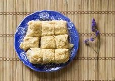 Слойка испечет на голубом блюде, тортах napoleon, взгляд сверху Стоковое Изображение