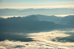 Слой горы в тумане зимы восхода солнца утра стоковое фото