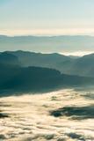 Слой горы в тумане зимы восхода солнца утра стоковые фотографии rf