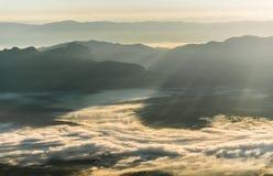 Слой горы в тумане зимы восхода солнца утра Стоковые Фото