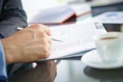 сломайте белизну космоса офиса компьтер-книжки поля стола глубины чашки экземпляра кофе отмелую Стоковые Изображения RF