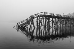 Сломанное вниз с деревянного моста Стоковые Изображения RF