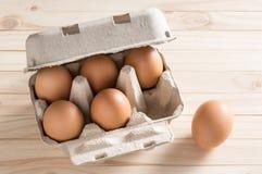 сломанные коробкой яичка яичка цыпленка внутри желтка Стоковое Фото