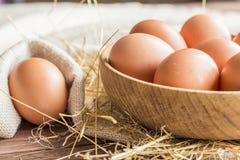 сломанные коробкой яичка яичка цыпленка внутри желтка стоковые изображения